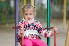 Beledigd door het meisje op schommeling wil niet naar huis gaan Royalty-vrije Stock Foto