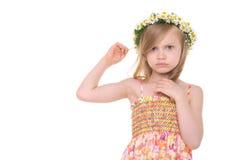 Beledigd meisje met kroon van madeliefjes royalty-vrije stock afbeelding