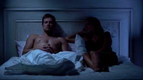 Beledigd paar die op bed, seksuele dysfunctie, dopheideproblemen liggen van partners royalty-vrije stock afbeeldingen