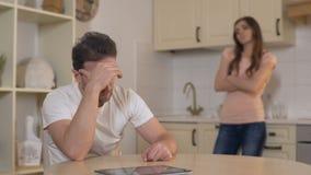 Beledigde echtgenoot en vrouw stil na conflict, problemen in huwelijk, scheiding stock video