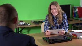 Beleefd bureaumeisje die met cliënt bij de dienst van de computerreparatie spreken stock footage