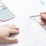 Beleggend, belastend en alle dingen brachten met wereld van financiën - 1 tot 1 verhouding met elkaar in verband Stock Afbeelding