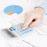 Beleggend, belastend en alle dingen brachten met wereld van financiën - 1 tot 1 verhouding met elkaar in verband Stock Foto