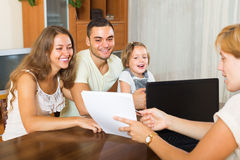 Beleggende hulp en tevreden familie Stock Foto's