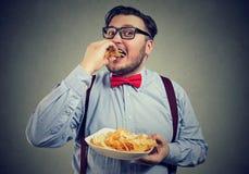 Beleibte Fleisch fressende Kartoffelchips Stockfotografie