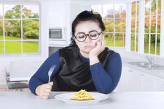 Beleibte Frau glaubt mit Pommes-Frites gebohrt Lizenzfreies Stockbild