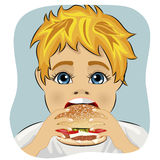Beleibter fetter Junge, der Hühnerkäsehamburger isst Stockfotografie