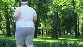 Beleibter Mann, der rüttelt, um Extragewicht, aktiven Lebensstil und Motivation, Sport zu verlieren stock video