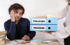 Beleid en Procedure - twee bindmiddelen in de handen van vrouwen stock afbeeldingen