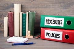Beleid en procedures Bindmiddelen op bureau in het bureau Bedrijfs achtergrond royalty-vrije stock afbeelding