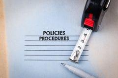 Beleid en procedures notitieboekje met kopbal Bedrijfs en succesachtergrond royalty-vrije stock foto