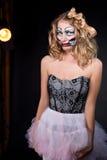 Beleidigte Frau, die als CHucky-Puppe trägt. Halloween stockbilder