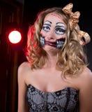 Beleidigte Frau, die als CHucky-Puppe trägt. Halloween lizenzfreie stockbilder