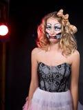 Beleidigte Frau, die als CHucky-Puppe trägt. Halloween stockbild