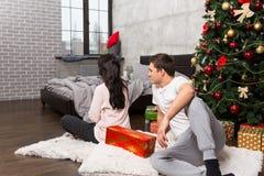 Beleidigte Frau störte über das falsche Geschenk ihres Freundes während Stockbild