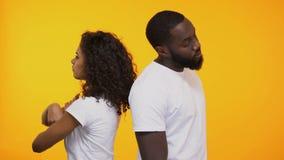 Beleidigte gemischtrassige Paare, die mit Ärger nach Streit-Verhältnis-Krise schauen stock video footage