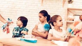 Beleidigte Kleinkinder wünschen nicht Reinigungs-Raum stockfotografie