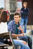 Beleidigter Junge und Paare des Teenagers auseinander stockbild