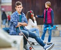 Beleidigter Junge und Paare des Teenagers auseinander auf der Straße stockbilder