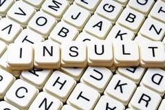 Beleidigungstext-Wortkreuzworträtsel Alphabetbuchstabe blockiert Spielbeschaffenheitshintergrund Stockfoto