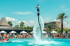Belek,土耳其- 2018年9月12日 在池边聚会的令人激动的飞行板watershow 暑假乐趣体育概念 库存图片