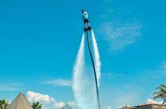 Belek,土耳其- 2018年9月12日 在池边聚会的令人激动的飞行板watershow 暑假乐趣体育概念 免版税图库摄影