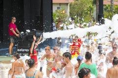 Belek, Турция - 4-ое августа 2016: Партия пены на пляже Стоковые Изображения RF