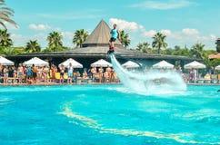Belek Turkiet - September 12, 2018 Upphetsande flugabrädewatershow på pölpartiet Begrepp för sport för sommarsemester roligt arkivbilder