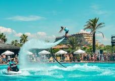 Belek Turkiet - September 12, 2018 Upphetsande flugabrädewatershow på pölpartiet Begrepp för sport för sommarsemester roligt royaltyfri fotografi