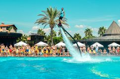 Belek Turkiet - September 12, 2018 Upphetsande flugabrädewatershow på pölpartiet Begrepp för sport för sommarsemester roligt arkivbild