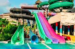 Belek, Turquía - 11 de septiembre de 2018 Waterslides coloridos El concepto de vacaciones de verano, deportes, turismo imagen de archivo