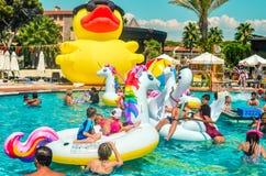 Belek, Turquía, el 12 de septiembre de 2018 Fiesta en la piscina con los colchones de aire formados imagen de archivo