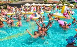 Belek, Turquía, el 12 de septiembre de 2018 Fiesta en la piscina con los colchones de aire formados imágenes de archivo libres de regalías