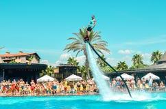Belek, Turquia - 12 de setembro de 2018 Watershow de excitação da placa da mosca na festa na piscina Conceito do esporte do diver imagem de stock