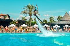 Belek, Turquia - 12 de setembro de 2018 Watershow de excitação da placa da mosca na festa na piscina Conceito do esporte do diver fotografia de stock