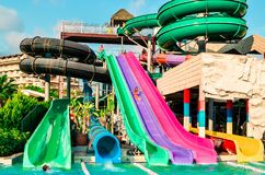 Belek, Turquia - 11 de setembro de 2018 Waterslides coloridos O conceito das férias de verão, esportes, turismo fotografia de stock royalty free