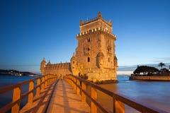 Belem torn i Lissabon som är upplyst på natten Fotografering för Bildbyråer