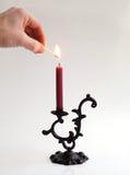 Beleuchten der Kerze Stockfotos
