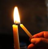 Beleuchten der Kerze stockfoto