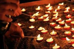 Beleuchten der Kerzen in der Kathedrale stockfotos
