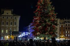 Beleuchten des Baums von Rom, im Marktplatz Venezia Lichter und rote und gelbe Bälle verzieren den Baum lizenzfreie stockfotografie
