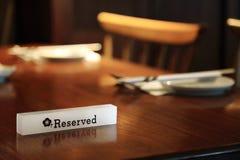 Beleuchten des reservierten Zeichens auf einer Restauranttabelle Stockfoto