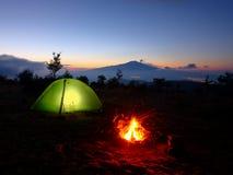 Beleuchten des Zeltes, des Lagerfeuers und der Volcano Etna At Dawns, Sizilien lizenzfreie stockfotografie