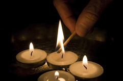 Beleuchten einer Kerze Stockfotografie