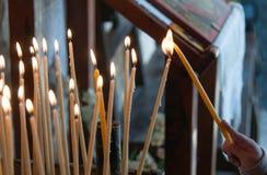 Beleuchten einer Kirchenkerze Stockfotos