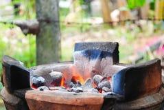 Beleuchten Sie das Feuer auf dem Ofen Stockfotos