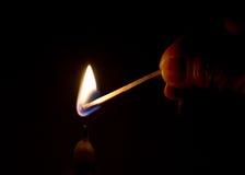 Beleuchten Sie eine Kerze Stockfoto