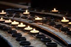 Beleuchten Sie eine Kerze Lizenzfreies Stockfoto