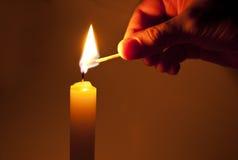 Beleuchten Sie eine Kerze stockfotografie