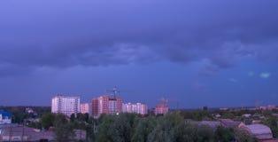 Beleuchten Sie im dunklen und drastischen Sturm-Wolkenhintergrund Lizenzfreie Stockfotografie